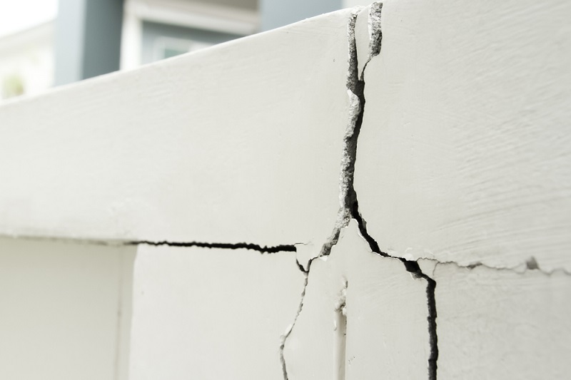 a wall with crack that should be fixed with crack cement fix
